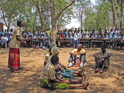 EPWDAn-vapaaehtoisia-vetämässä-koululaisille-teatteriesitystä-teiniraskauksista-ja-koulutuksen-tärkeydestä_500px